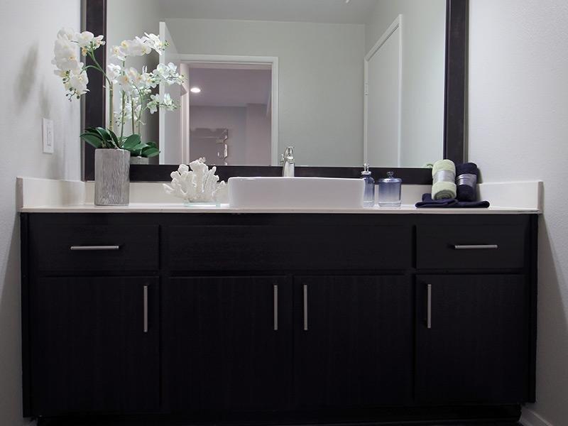 Bridgecourt Apartments - Bathroom